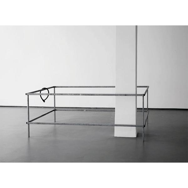 MONIKA BRANDMEIER<br/>Lock, 2009, verzinktes Stahlrohr, Schrauben, Urethanguss, Säule, 65 x 121 x 181 cm