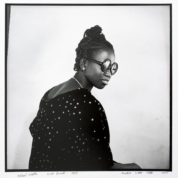 MALICK SIDIBÉ<br/>Miss Kanté Sira, 1965/2006, silver gelantine print, 60 x 50 cm