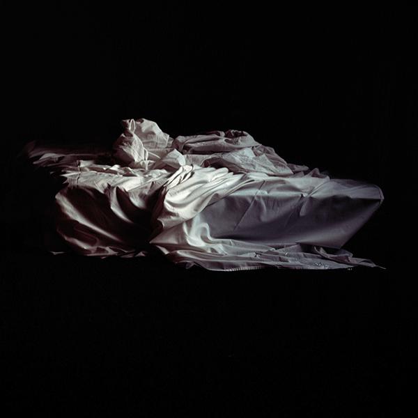 SASCHA WEIDNER<br/>Undone II, 2004, diasec, 50 x 50 cm, ed. 5